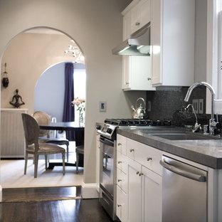 Zweizeilige, Geschlossene Moderne Küche mit Küchengeräten aus Edelstahl, Waschbecken, Schrankfronten im Shaker-Stil, weißen Schränken, Küchenrückwand in Schwarz, Rückwand aus Mosaikfliesen und Kalkstein-Arbeitsplatte in San Francisco