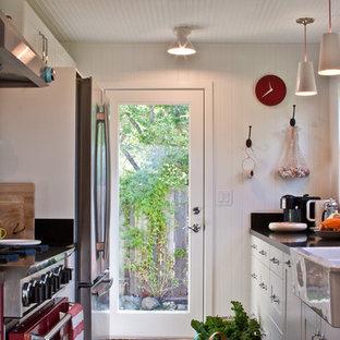 Foto de cocina de galera, de estilo de casa de campo, cerrada, con fregadero sobremueble, electrodomésticos de colores y puertas de armario blancas