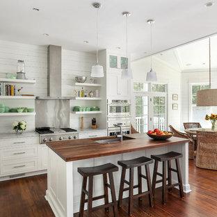 Inspiration pour une cuisine américaine marine avec un évier encastré, un placard à porte shaker, des portes de placard blanches, un électroménager en acier inoxydable, un plan de travail en bois, une crédence métallisée et une crédence en dalle métallique.