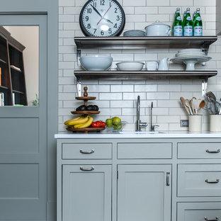 Ispirazione per una cucina contemporanea con ante in stile shaker, ante grigie, top in quarzo composito, paraspruzzi bianco e paraspruzzi con piastrelle diamantate