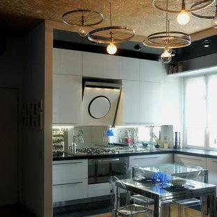 Mittelgroße Moderne Wohnküche ohne Insel in L-Form mit weißen Schränken, Küchenrückwand in Metallic, Rückwand aus Spiegelfliesen, weißen Elektrogeräten und Linoleum in Sonstige