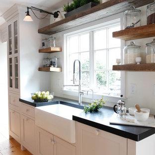 Exempel på ett stort lantligt skafferi, med en rustik diskho, skåp i shakerstil, grå skåp, granitbänkskiva, rostfria vitvaror, mellanmörkt trägolv och flera köksöar