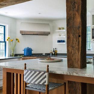 ブリッジポートの大きいエクレクティックスタイルのおしゃれなキッチン (アンダーカウンターシンク、シェーカースタイル扉のキャビネット、白いキャビネット、白いキッチンパネル、木材のキッチンパネル、シルバーの調理設備の、無垢フローリング、茶色い床、御影石カウンター) の写真