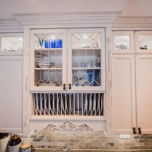 他の地域の中サイズのヴィクトリアン調のおしゃれなキッチン (エプロンフロントシンク、フラットパネル扉のキャビネット、白いキャビネット、コンクリートカウンター、茶色いキッチンパネル、大理石のキッチンパネル、白い調理設備、無垢フローリング、茶色い床) の写真