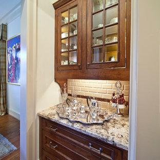 Esempio di una cucina lineare chic chiusa e di medie dimensioni con ante di vetro, top in granito, ante marroni, paraspruzzi bianco, paraspruzzi con piastrelle diamantate, pavimento in legno massello medio e pavimento marrone