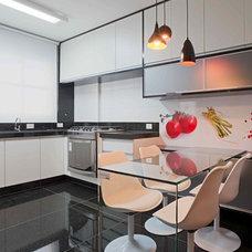 Contemporary Kitchen by Eduarda Correa Arquitetura & Interiores