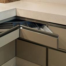 Modern Kitchen by Renata Basques Arquitetura e Design de Interiores