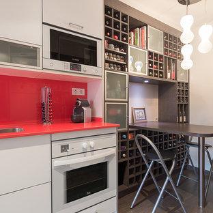 Einzeilige, Mittelgroße Moderne Wohnküche ohne Insel mit Unterbauwaschbecken, offenen Schränken, grauen Schränken, Mineralwerkstoff-Arbeitsplatte, Küchenrückwand in Rot, Küchengeräten aus Edelstahl und dunklem Holzboden in Barcelona