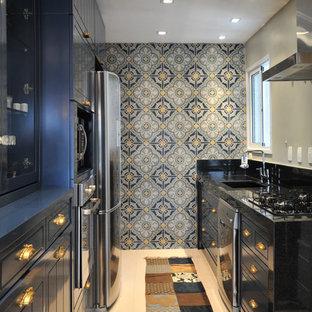 Foto di una cucina parallela tradizionale chiusa con ante blu e elettrodomestici in acciaio inossidabile