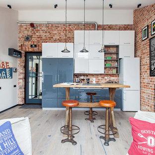 モスクワのインダストリアルスタイルのおしゃれなキッチン (フラットパネル扉のキャビネット、青いキャビネット、淡色無垢フローリング、アイランドなし) の写真