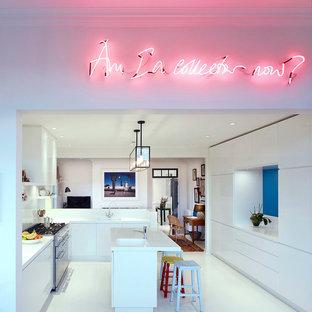 Exemple d'une cuisine tendance en U avec un évier 1 bac, un placard à porte plane, des portes de placard blanches et un îlot central.