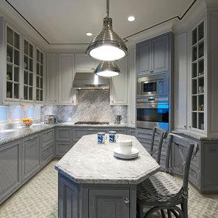 Пример оригинального дизайна: большая отдельная, п-образная кухня в стиле современная классика с врезной раковиной, фасадами с декоративным кантом, белыми фасадами, мраморной столешницей, серым фартуком, фартуком из каменной плиты, техникой из нержавеющей стали и островом