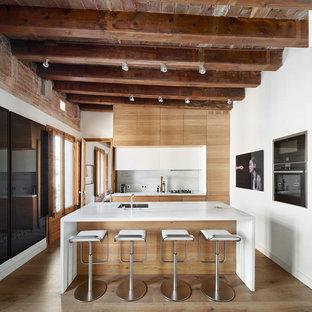 Foto de cocina comedor contemporánea con armarios con paneles lisos, puertas de armario de madera oscura, encimera de mármol, salpicadero de mármol, suelo de madera en tonos medios y una isla