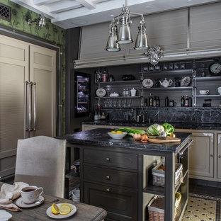 Источник вдохновения для домашнего уюта: прямая кухня в классическом стиле с обеденным столом, фасадами с утопленной филенкой, черным фартуком, черной техникой, островом, разноцветным полом и черной столешницей
