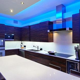 他の地域の大きいモダンスタイルのおしゃれなキッチン (ダブルシンク、フラットパネル扉のキャビネット、茶色いキャビネット、クオーツストーンカウンター、白いキッチンパネル、磁器タイルのキッチンパネル、シルバーの調理設備、磁器タイルの床、白い床) の写真