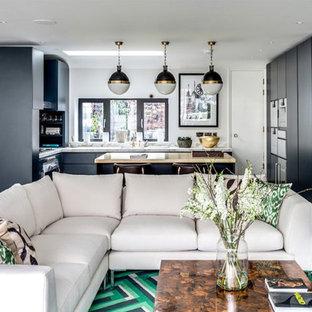 Пример оригинального дизайна: большая п-образная кухня-гостиная с накладной раковиной, плоскими фасадами, серыми фасадами, столешницей из меди, белым фартуком, фартуком из мрамора, техникой из нержавеющей стали, паркетным полом среднего тона, полуостровом, коричневым полом и бежевой столешницей