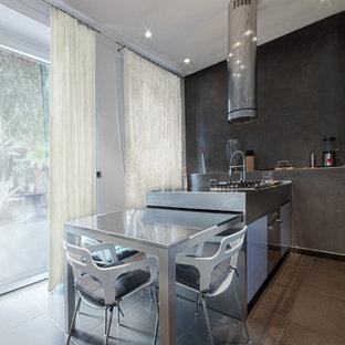 Inspiration för ett avskilt, mellanstort funkis linjärt kök, med bänkskiva i rostfritt stål, rostfria vitvaror, släta luckor, en integrerad diskho, lila skåp, klinkergolv i porslin och en köksö
