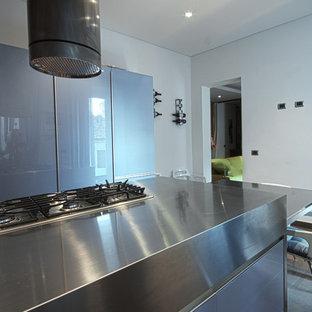 Inredning av ett modernt avskilt, mellanstort linjärt kök, med en integrerad diskho, släta luckor, lila skåp, bänkskiva i rostfritt stål, rostfria vitvaror, klinkergolv i porslin och en köksö