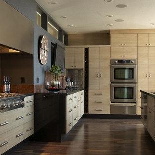 Inspiration för moderna kök, med släta luckor, skåp i ljust trä, granitbänkskiva, rött stänkskydd, stänkskydd i sten, rostfria vitvaror, mörkt trägolv och brunt golv