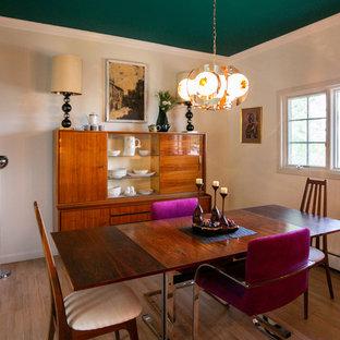 デンバーの中サイズのミッドセンチュリースタイルのおしゃれなキッチン (アンダーカウンターシンク、フラットパネル扉のキャビネット、中間色木目調キャビネット、クオーツストーンカウンター、黄色いキッチンパネル、セラミックタイルのキッチンパネル、シルバーの調理設備、淡色無垢フローリング、茶色い床、マルチカラーのキッチンカウンター) の写真