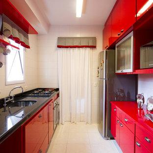Свежая идея для дизайна: кухня в стиле фьюжн с техникой из нержавеющей стали и красной столешницей - отличное фото интерьера
