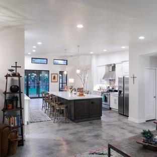 フェニックスの大きいトランジショナルスタイルのおしゃれなキッチン (コンクリートの床、グレーの床、エプロンフロントシンク、レイズドパネル扉のキャビネット、白いキャビネット、珪岩カウンター、マルチカラーのキッチンパネル、レンガのキッチンパネル、シルバーの調理設備の、白いキッチンカウンター) の写真