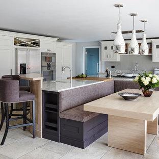Inspiration för ett stort funkis kök, med släta luckor, granitbänkskiva, rostfria vitvaror och en köksö