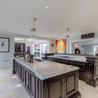 Foto på ett stort vintage grå kök, med en dubbel diskho, luckor med upphöjd panel, lila skåp, marmorbänkskiva, marmorgolv, flera köksöar och vitt golv