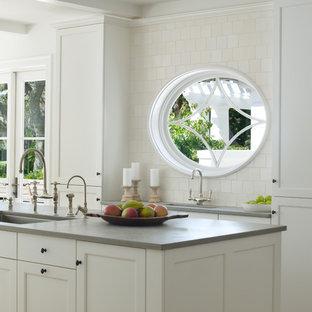 Idéer för att renovera ett tropiskt kök, med luckor med infälld panel och en undermonterad diskho