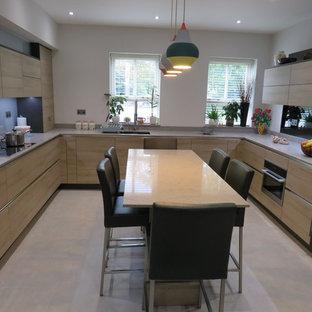 エセックスの中サイズのコンテンポラリースタイルのおしゃれなキッチン (一体型シンク、フラットパネル扉のキャビネット、淡色木目調キャビネット、珪岩カウンター、青いキッチンパネル、木材のキッチンパネル、シルバーの調理設備の、クッションフロア、グレーの床、グレーのキッチンカウンター) の写真