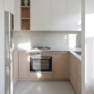 Kleine Landhausstil Küche ohne Insel in U-Form mit Kalkstein-Arbeitsplatte, Küchenrückwand in Grau, Kalk-Rückwand und Küchengeräten aus Edelstahl in London