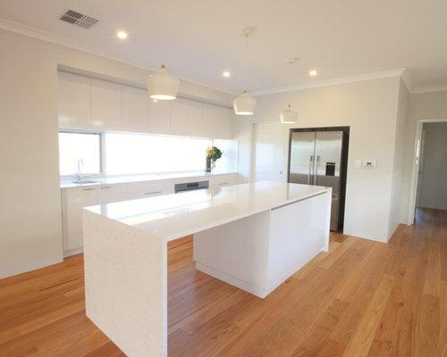 Küche mit Rückwand-Fenster und Mineralwerkstoff-Arbeitsplatte ... | {Arbeitsplatte rückwand 19}
