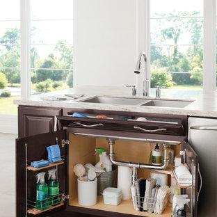 Idéer för ett stort klassiskt kök och matrum, med en undermonterad diskho, luckor med upphöjd panel, bruna skåp, granitbänkskiva, rostfria vitvaror och klinkergolv i keramik