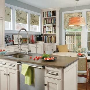 Ejemplo de cocina comedor tradicional renovada con puertas de armario beige, electrodomésticos de acero inoxidable y fregadero bajoencimera