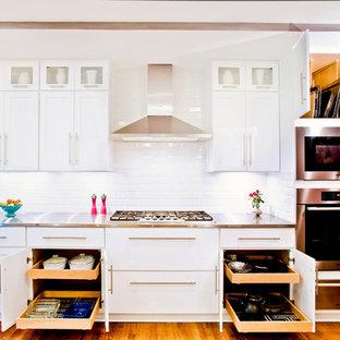 シカゴの中くらいのトランジショナルスタイルのおしゃれなI型キッチン (シェーカースタイル扉のキャビネット、白いキャビネット、白いキッチンパネル、サブウェイタイルのキッチンパネル、シルバーの調理設備、ステンレスカウンター、無垢フローリング) の写真
