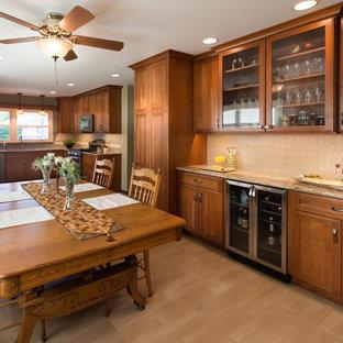 シカゴの大きいトランジショナルスタイルのおしゃれなキッチン (アンダーカウンターシンク、シェーカースタイル扉のキャビネット、中間色木目調キャビネット、クオーツストーンカウンター、ベージュキッチンパネル、ガラスタイルのキッチンパネル、カラー調理設備、磁器タイルの床、アイランドなし) の写真