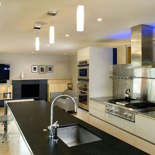 Ejemplo de cocina contemporánea con electrodomésticos de acero inoxidable