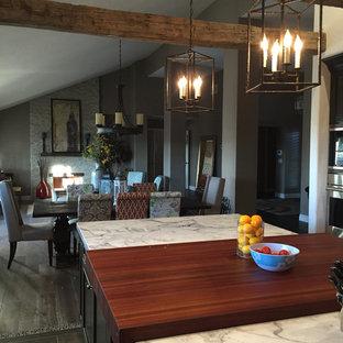 Große, Offene, Zweizeilige Moderne Küche mit Kassettenfronten, dunklen Holzschränken, Arbeitsplatte aus Holz, Küchengeräten aus Edelstahl, Keramikboden, Kücheninsel, braunem Boden und roter Arbeitsplatte in San Diego
