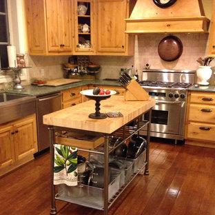 サンフランシスコの中サイズのカントリー風おしゃれなキッチン (エプロンフロントシンク、オープンシェルフ、淡色木目調キャビネット、木材カウンター、ベージュキッチンパネル、セラミックタイルのキッチンパネル、シルバーの調理設備の、無垢フローリング、茶色い床、ベージュのキッチンカウンター) の写真