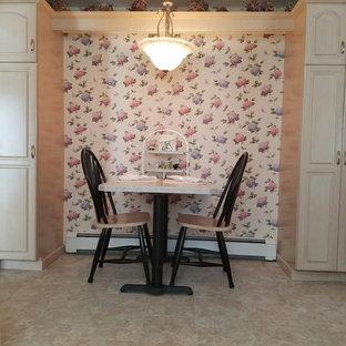 ブリッジポートの小さいヴィクトリアン調のおしゃれなキッチン (レイズドパネル扉のキャビネット、ベージュのキャビネット、クッションフロア、アイランドなし) の写真