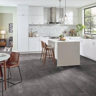 他の地域の中くらいのモダンスタイルのおしゃれなキッチン (アンダーカウンターシンク、フラットパネル扉のキャビネット、白いキャビネット、珪岩カウンター、グレーのキッチンパネル、大理石のキッチンパネル、シルバーの調理設備、クッションフロア、グレーの床) の写真