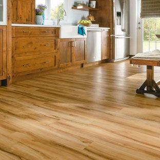 Einzeilige, Große Landhausstil Wohnküche mit Landhausspüle, Schrankfronten im Shaker-Stil, hellbraunen Holzschränken, Küchengeräten aus Edelstahl und Vinylboden in Orlando