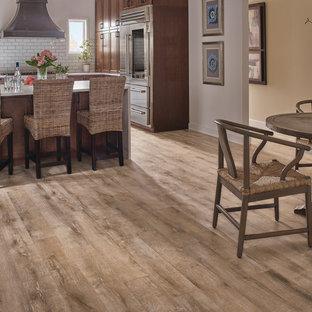 他の地域の中サイズのトランジショナルスタイルのおしゃれなキッチン (落し込みパネル扉のキャビネット、中間色木目調キャビネット、白いキッチンパネル、サブウェイタイルのキッチンパネル、シルバーの調理設備の、クッションフロア、茶色い床) の写真