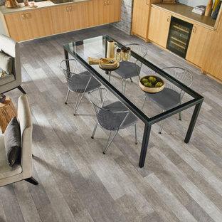 他の地域の中サイズのトランジショナルスタイルのおしゃれなキッチン (アンダーカウンターシンク、フラットパネル扉のキャビネット、淡色木目調キャビネット、グレーのキッチンパネル、レンガのキッチンパネル、シルバーの調理設備の、クッションフロア、アイランドなし、グレーの床) の写真