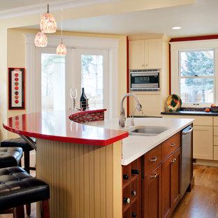 Klassische Küche mit Doppelwaschbecken, Schrankfronten mit vertiefter Füllung, hellbraunen Holzschränken und roter Arbeitsplatte in Denver