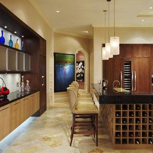 マイアミの広いコンテンポラリースタイルのおしゃれなキッチン (シルバーの調理設備、ドロップインシンク、フラットパネル扉のキャビネット、濃色木目調キャビネット、御影石カウンター、黒いキッチンパネル、石スラブのキッチンパネル、トラバーチンの床) の写真
