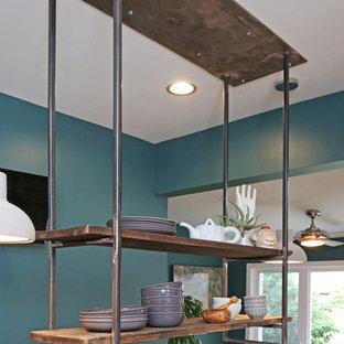 ルイビルの大きいコンテンポラリースタイルのおしゃれなキッチン (ダブルシンク、フラットパネル扉のキャビネット、中間色木目調キャビネット、クオーツストーンカウンター、グレーのキッチンパネル、磁器タイルのキッチンパネル、シルバーの調理設備の、淡色無垢フローリング、グレーのキッチンカウンター) の写真