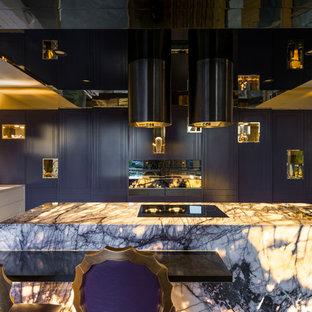 Stilmix Küche in L-Form mit Unterbauwaschbecken, flächenbündigen Schrankfronten, lila Schränken, Küchenrückwand in Weiß, Rückwand aus Mosaikfliesen, schwarzen Elektrogeräten und Kücheninsel in Brisbane
