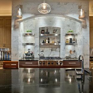 Esempio di una cucina tradizionale con lavello da incasso, ante lisce, ante gialle, top in granito, paraspruzzi a effetto metallico, paraspruzzi con piastrelle di metallo, elettrodomestici in acciaio inossidabile, pavimento in legno massello medio e isola