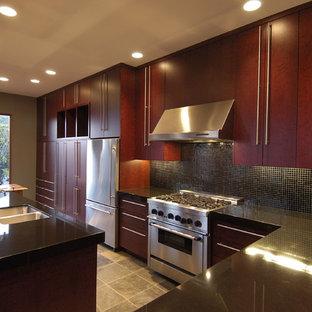 Idéer för eklektiska kök, med rostfria vitvaror, en dubbel diskho, släta luckor, skåp i mörkt trä, svart stänkskydd, stänkskydd i mosaik och granitbänkskiva